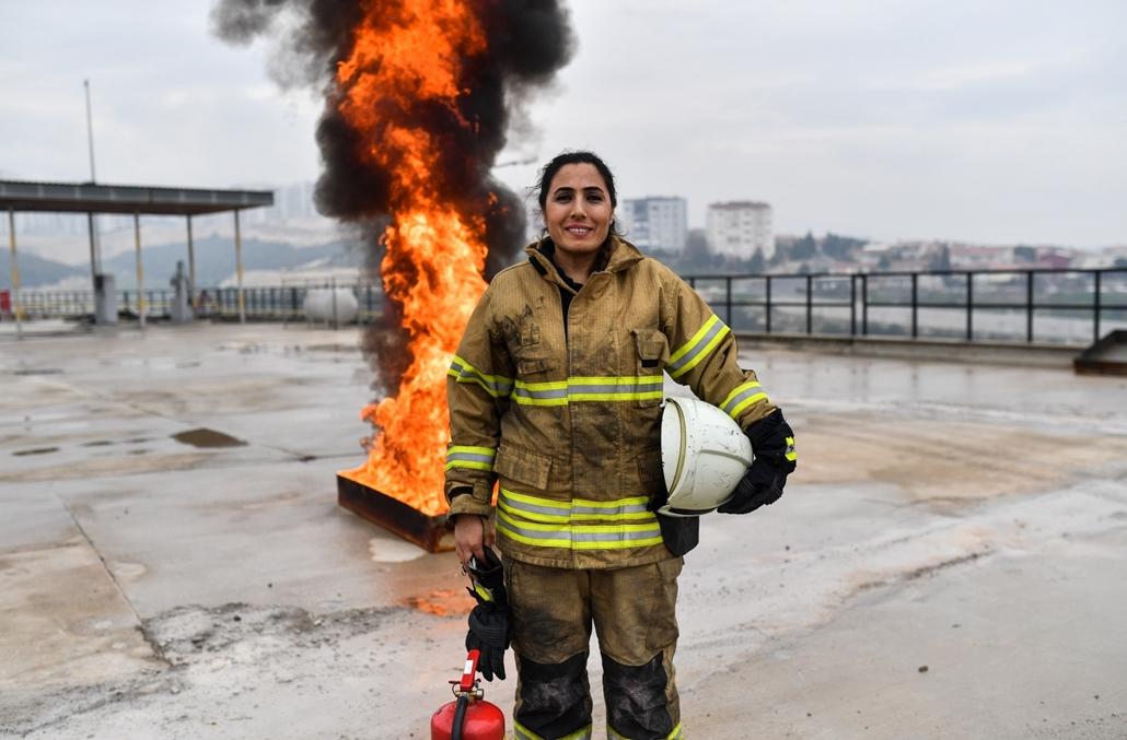afp.18.02. - AFP nőnap Devrim Ozdemir török tűzoltó egy gyakorlaton Izmriben