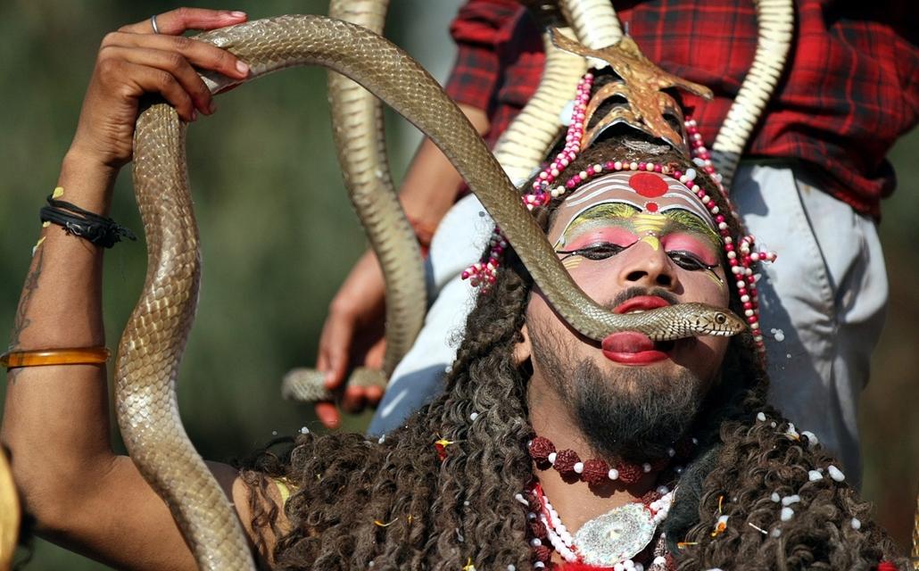 epa.17.02.23. - Dzsammu, India: Sivának, a teremtés és pusztítás istenének öltözött indiai hindu férfi élő kígyóval a szájában az újhold 14. éjszakáján tartott Mahá Sivarátri hindu ünnepen Dzsammuban.  - 7képei