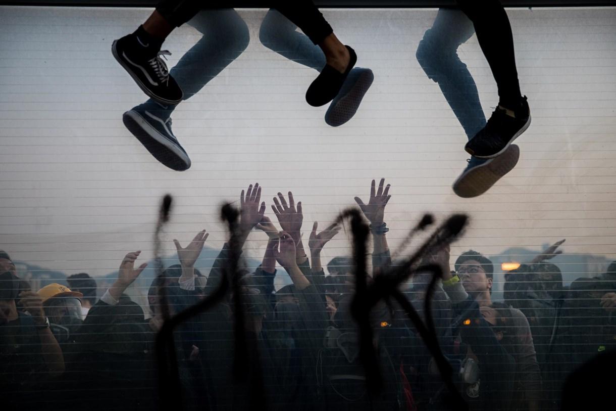 Toronyomlás, menekülő tüntetők és szaharai homokféreg az év képein