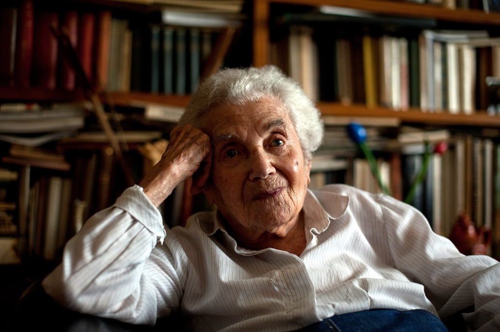 100. életévét betöltő Radnóti Miklósné Gyarmati Fanni pesti lakásában, 2012. szeptember 4-én.