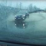 Víz alá került a 3-as főút egy szakasza, de ezt a sofőrt ez nem érdekelte – videó