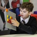 Újít a Lego, vakoknak szánt kockákat adnak ki, amelyekkel megtanulható a Braille-írás