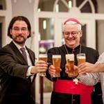 Szentek bevonulása a sörözőbe