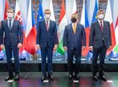 Orbán a visegrádi csoportból is kikacsintgat