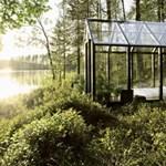 Lakható designüvegház egy finn tóparton