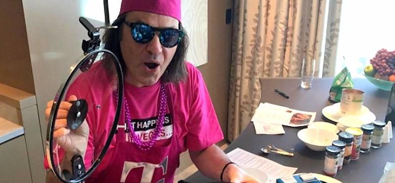 Egy különc cégvezér, talpig rózsaszínben, tenyérbemászó modorral