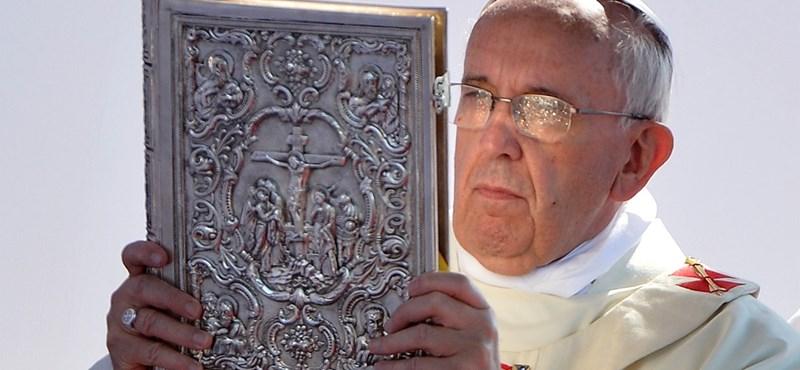 Éjszaka kapnak pénzt a szegények Ferenc pápától