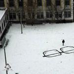 Street art percek: csinálj hóból szemüveget!
