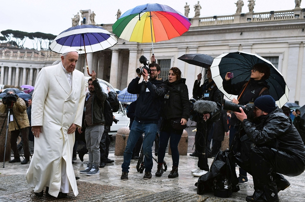 afp. hét képei - Vatikán, 2015.03.25. Ferenc pápa, Pope Francis arrives under heavy rain, for his weekly general audience in St Peter's square at the Vatican on March 25, 2015.