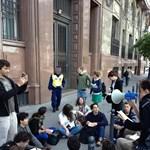 Az állami dolgozók megfigyelése ellen tüntetnek az 1984-gyel