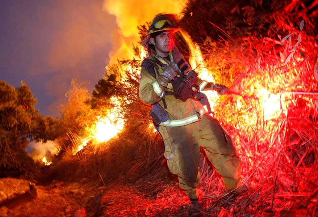 Bozóttűz pusztít a Grimes kanyon térségében a kaliforniai Fillmore-ban. A lángok lakott területeket is veszélyeztetnek.
