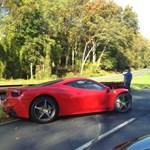 Száguldozott a sofőr, korlátnak csapódott a Ferrari 458 Italia – fotó