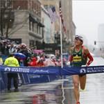 Pandajelmezben edző, illetve abszolút kezdő amatőr okozott meglepetést a bostoni maratonon