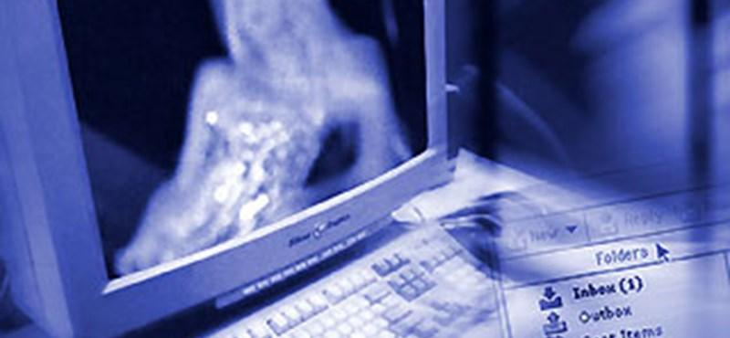 Botrány: Pornó ment a magyar hipermarket képernyőjén