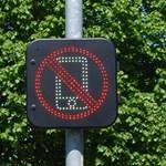 Tilos lesz a mobiltelefonok használata a litvániai zebrákon