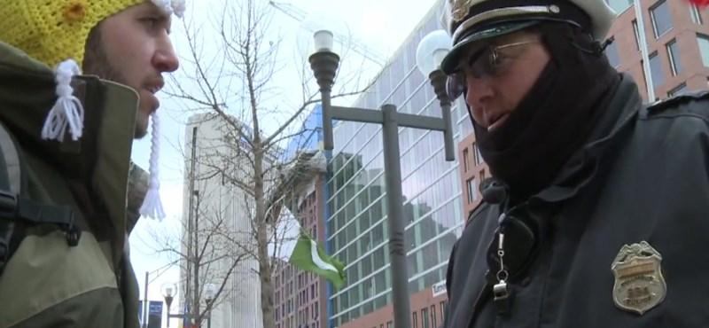 A nap videója: csorgatva csőbe húzott rendőrök