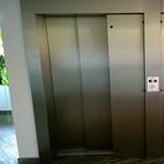 Egész hétvégére beszorult egy takarítónő a liftbe