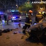 Videó: A katasztrófavédelem küszködik a Kiskörúton oszlopra csavarodott autó roncsával