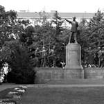 Kossuth téri szobrokat fogadna be Siófok