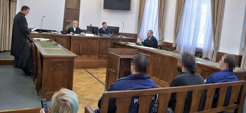 27.128 forintos kárt okozott a Kossuth téri zászlórudat összefújó tüntető - ma már ítéletet hoznak