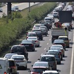 Kigyulladt egy autó az M7-es autópályán