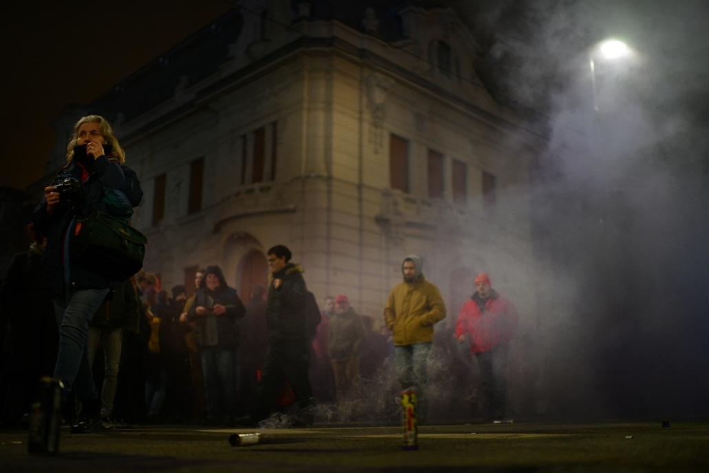 faz.18.12.12. Az ellenzéki pártok kezdeményezésére a munka törvénykönyvének módosítása ellen indult tüntetés résztvevői a Lendvay utcánál 2018. december 12-én rabszolgatörvény