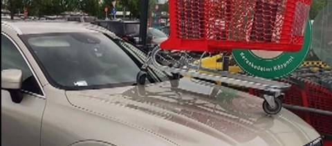 Bevásárlókocsit tettek egy autóra, amiért mozgássérült helyen parkolt le