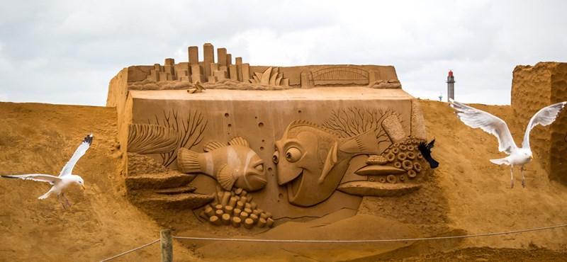 Homokból építenek óriási Disney-figurákat a tengerparton