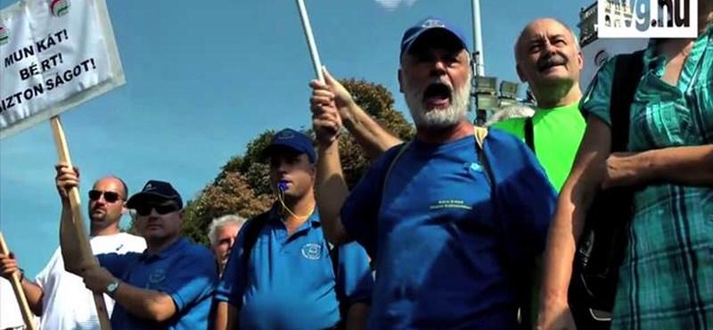 Videó: kifütyülték a fideszeseket a Kossuth téren