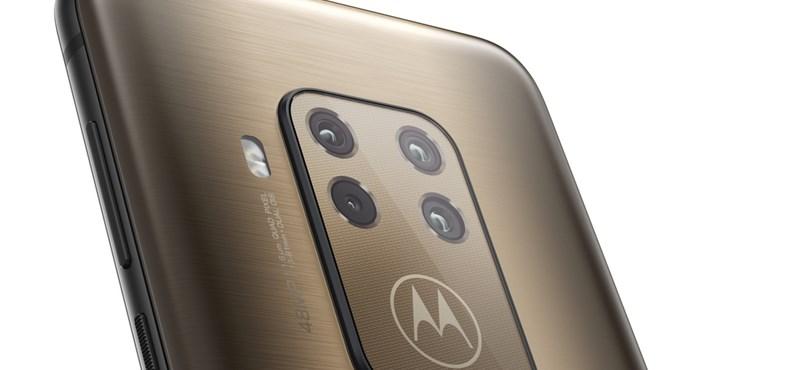 Kezünkben a Motorola 4+1 kamerás új mobilja