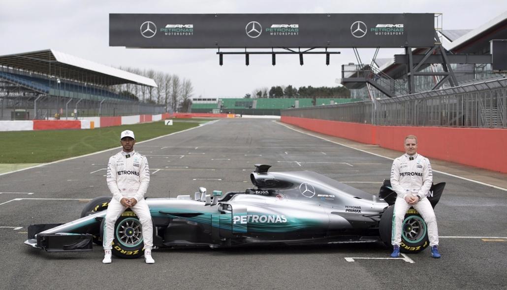 epa.17.02.23. - Silverstone, Nagy-Britannia: A brit Lewis Hamilton és a finn Valtteri Bottas a Mercedes új versenyautójának bemutatóján a silverstone-i versenypályán.