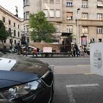 Videó: Erősítés érkezett a Kossuth térre egy zenélő utánfutó képében
