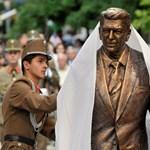 Szemkilövető politikus szobrát avatta fel Orbán