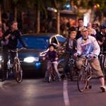 Este, autósok között tekert több ezer biciklis – Nagyítás fotógaléria