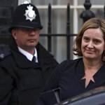 Belebukott a kitoloncolási botrányba a brit belügyminiszter