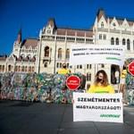 Több tízezer PET-palackot vitt a Greenpeace a Parlament elé