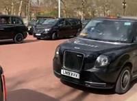 A londoni taxisok sorban állva, autójukat kidíszítve búcsúznak Fülöp hercegtől