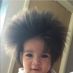 Méretben és cukiságban is óriási a kislány haja