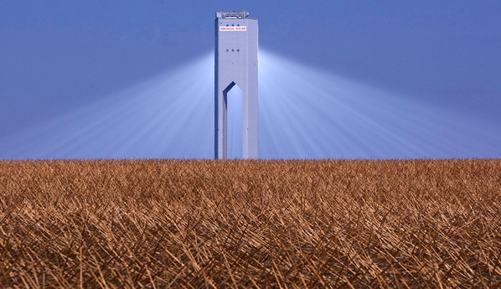Az új PS20-as naptorony látható a dél-spanyolországi Sanlucar la Mayorban. A PS20-ast - ez a kereskedelmi forgalomban lévő naptornyok közül a legnagyobb teljesítményű - 1255, a Nap mozgását követő tükör táplálja hőenergiával, hogy gőzturbinájával a torony áramot termelhessen.