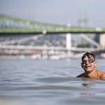 Több százan úszták át a Dunát a budapesti belvárosnál - fotó