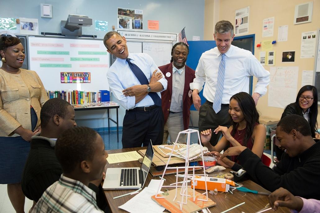 lehetőleg ne - flickrCC_! - 13.10.25. - Brooklyn, New York, USA: Barack Obama és Arne Duncan oktatási miniszter a Technology Early College High School látogatásán Brooklynban 2013. október 25-én. - Barack Obama nagyítás