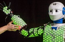 Ez már a jövő: egy robotot majdnem teljesen beborítottak mesterséges bőrrel