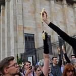 Banánevő tüntetők tiltakoztak a varsói Nemzeti Múzeumnál