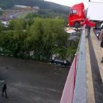 Profi autóversenyző fotózott le egy fura kamionbalesetet