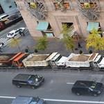 Fotó: New York-ban így védik majd a szilveszterezőket a tömegbe hajtó kamionoktól