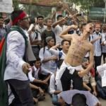 Két diák halála miatt tüntetnek egy hete bangladesi fővárosban