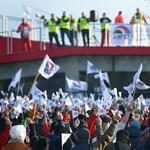 Eldőlt: tovább sztrájkolnak a győri Audiban