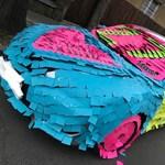 Szülinapi ajándékként 3000 színes cetlivel borítottak be egy egész autót Budapesten – fotók