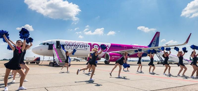 Pomponlányok avatták fel a Wizz Air különleges, 100. gépét – fotók