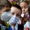 Házi gyermekorvos: Kötelező maszkviseléssel az enyhe tünetekkel rendelkező, akár koronavírusos gyerekek is járhatnának iskolába